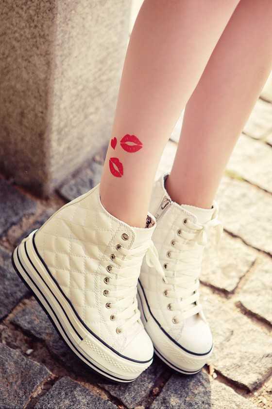 Hình xăm môi ở cổ chân