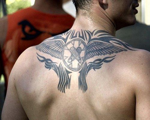 hình xăm biểu tượng nam tính ở lưng