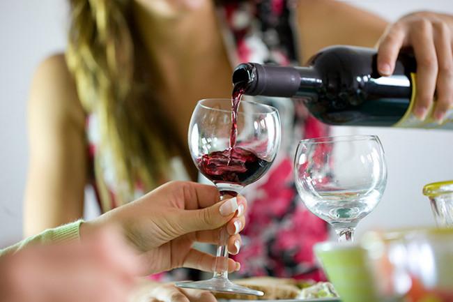Sử dụng rượu bia sau khi xóa xăm có sao không?