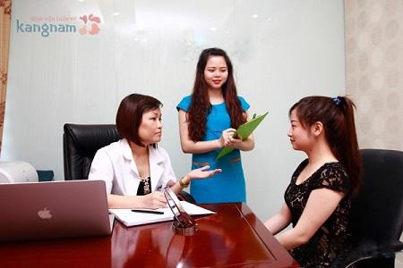 Bác sĩ tư vấn cho khách hàng