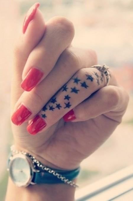 Hình xăm ngôi sao ở ngón tay